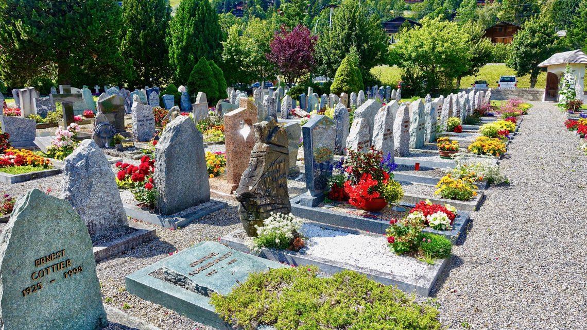 Qui organise les obsèques en l'absence de famille ?